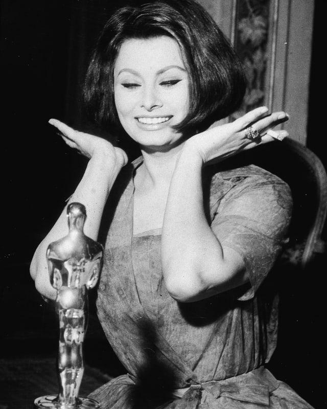 Sophia Loren freut sich über ihren Oscar