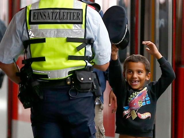 Kleiner Junge mit Polizeihut