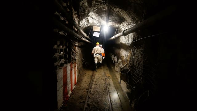 Arbeiter in einer Goldmine.