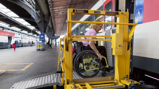 dunna en sutga da rodas dovra in lift spezial per entrar en in char da tren
