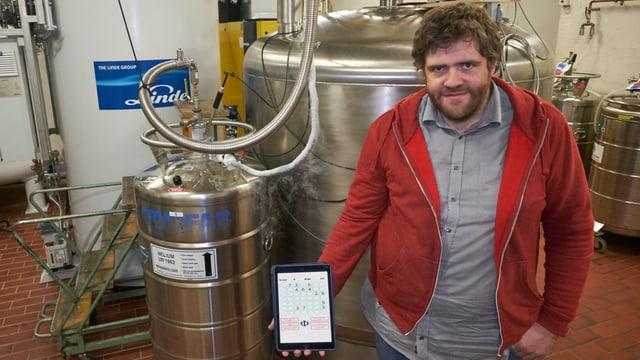 James Wootton zeigt seine App in einem Labor.