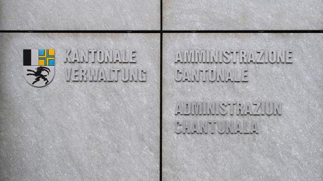 Beschriftung eines kantonalen Verwaltungsgebäudes in drei Sprachen.