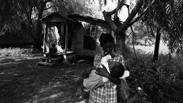 Der Vater und sein Baby 1967 in den Slums von Greenville, Mississippi.