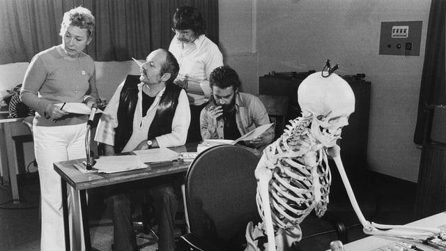 Edith Bussmann (Unterhaltungs-Chefin von Radio Bern), Paul Roland (Regisseur), Jürg Bingler (Redaktor), Rainer Zur Linde (Regisseur und «Schreckmümpfeli»-Stimme bei ihrer schauerlich-schönen Arbeit, unterstützt von einem Skelett.