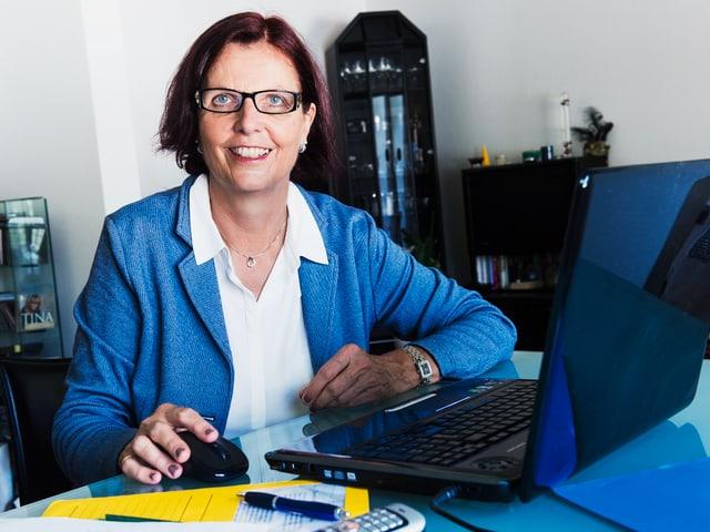 Marianne Klossner am Laptop.