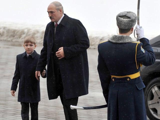 Alexander Lukaschenko und sein Sohn Kolja steigen aus einem Auto.