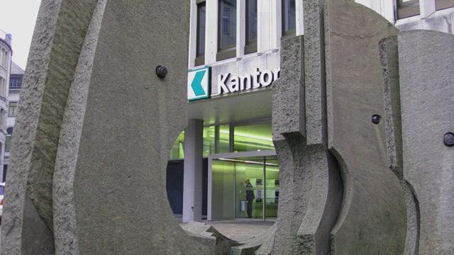 Der Eingang der St. Galler Kantonalbank von aussen, durch ein Beton-Kunstwerk hindurch