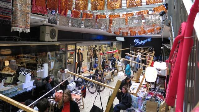 Zum 50 Jahr-Jubiläum verwandelt sich der Aarbergerhof neben dem Ladenlokal in einen verspielten Basar.