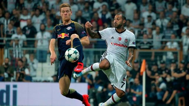 Besiktas Ricardo Quaresma und Marcel Halstenberg kämpfen um den Ball.