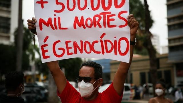 Ein Demonstrant in Brasilien mit einem Plakat.