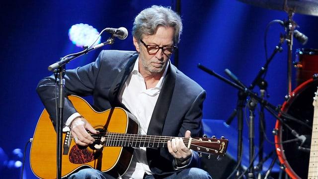 Die Gitarre im Arm, das Mikrofon im Anschlag: Musiker Eric Clapton