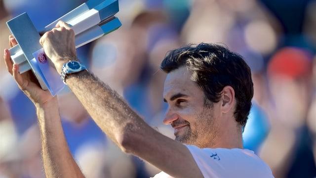 Federer hält eine Trophäe.