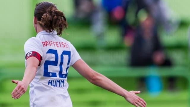 Fabienne Humm feiert den FCZ-Erfolg.