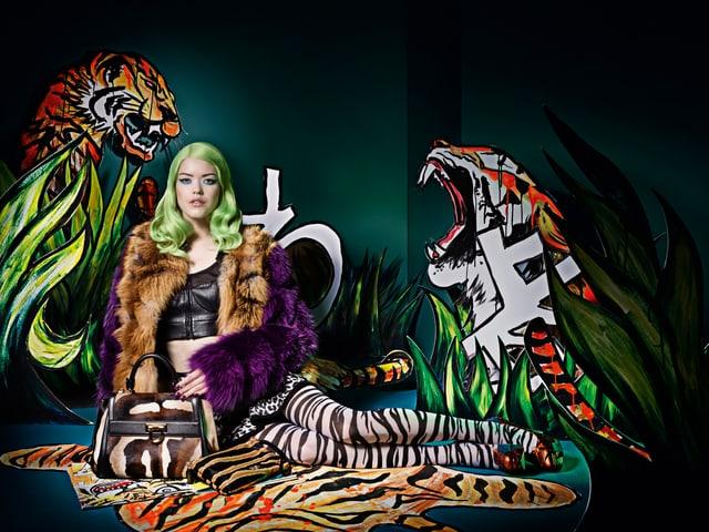 Farbige Fotografie: Frau, Tiger