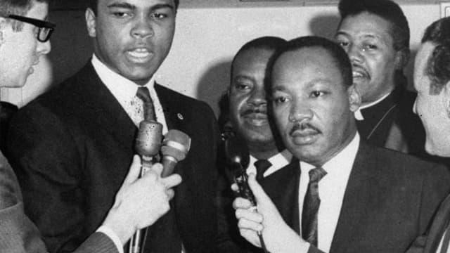Muhammad Ali und Martin Luther King bei einer Pressekonferenz in den 60ern.