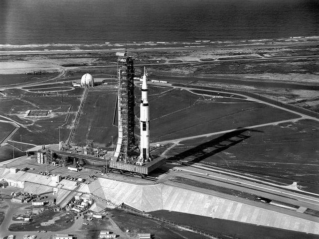 Die Trägerrakete Saturn V vor dem Start der Mission Apollo 11 im Kennedy Space Center in Florida.