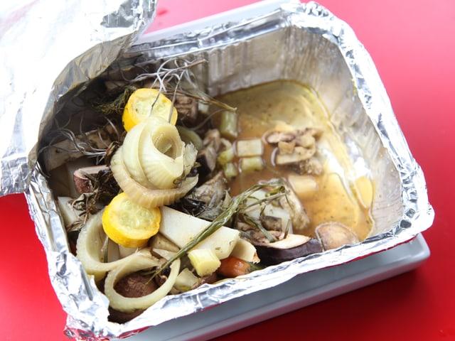Grilliertes Gemüse in einer Alufolie.