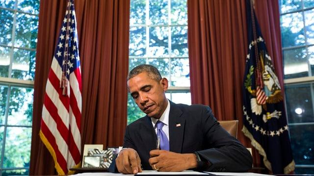 Obama unterzeichnet ein Dokument