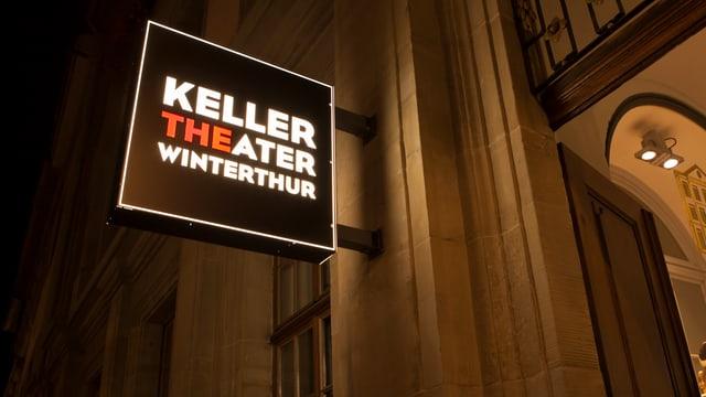 Ein Schild hängt an einer Hauswand. Darauf steht in weissen Lettern: Keller - Theater - Winterthur.