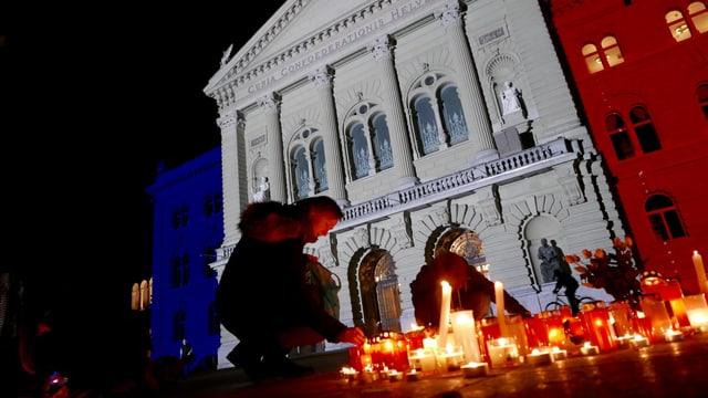 La chasa federala a Berna illuminada èn las colurs da la Frantscha.