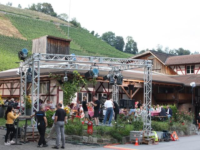 Riegelhaus, Bänke mit Zuschauer, Rebbergen im Hintergrund
