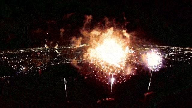 Ein schnell ablaufendes animiertes GIF zeigt Feuerwerk.