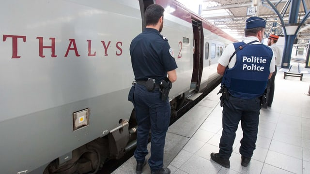 Polizisten vor einem Thalys-Zug.