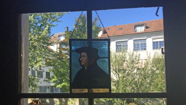 Ein Fenster, davor ein Bild von Huldrich Zwingli