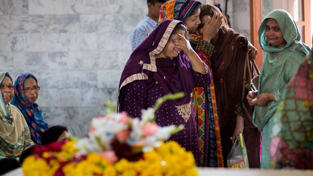 Weinende Frauen während einer Beerdigungszeremonie