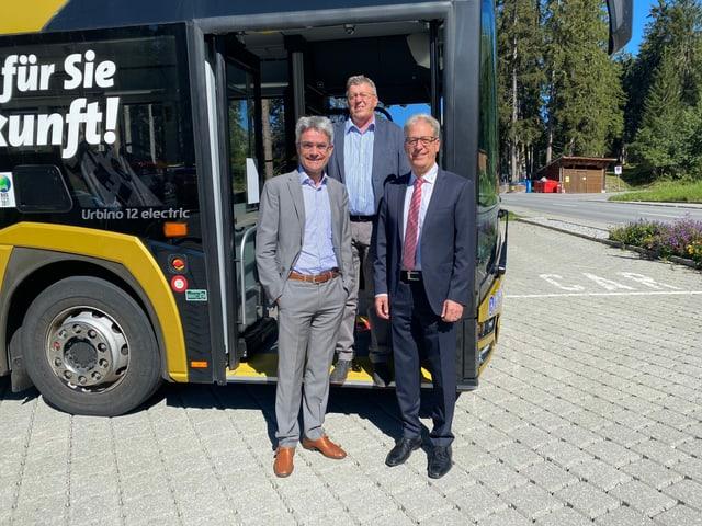 Da san: Il cusseglier guvernativ Mario Cavigelli, Aron Moser, il president communal da Vaz, e Walter Schwizer, il manader da manschi Auto da Posta Ost.