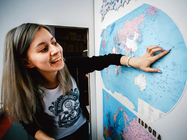 Anhelinas zeigt auf eine Weltkarte.