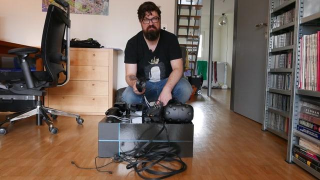 """SRF-Digital-Redaktor Guido Berger hinter der Verpackung der VR-Brille """"Vive"""" - ziemlich ernst."""