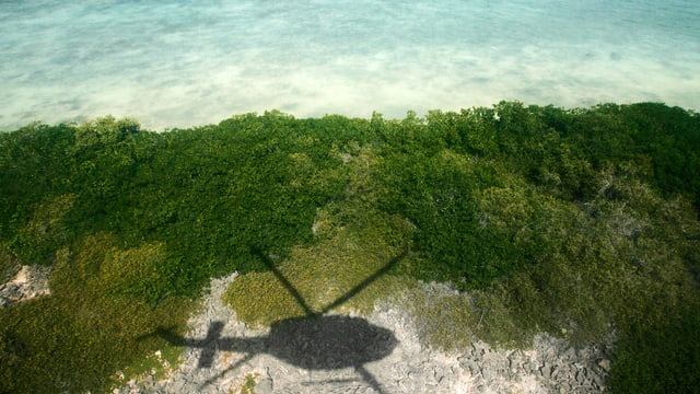 Suchhelikopter in der Inselgruppe Los Roques