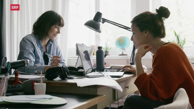 zwei Journalistinnen im Büro vor Laptops