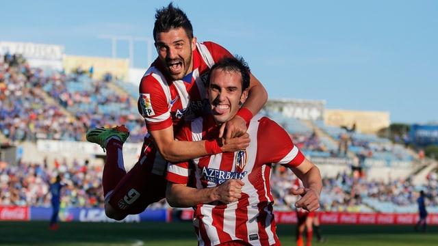 Atleticos Diego Godin feiert mit David Villa den Treffer zum 1:0.