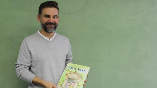 Ein Mann mit einem Buch in der Hand.