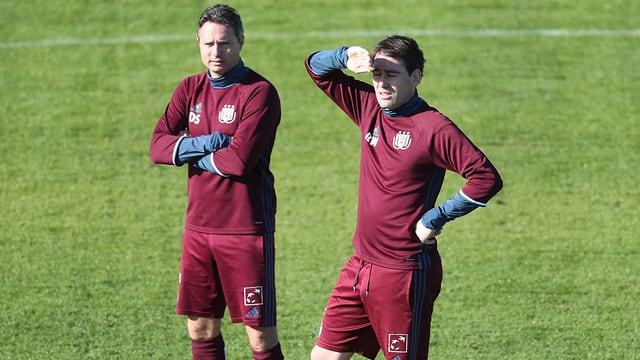 David Sesa und René Weiler stehen auf dem Spielfeld.