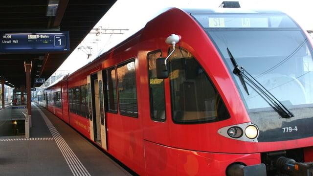 Zug am Bahnhof Wil.