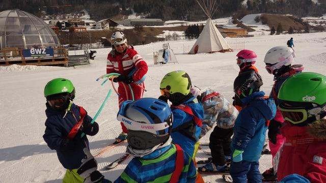 La scolasta da skis Ruth Pool da Savognin ensemen cun sia classa.