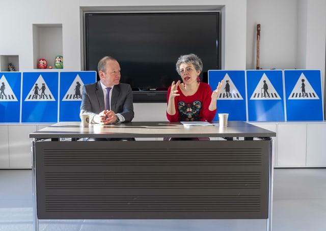 Sandrine Salerno (rechts, neben Regierungsrat Serge dal Busco)