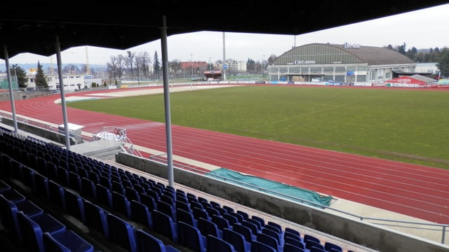 Blick von der Sitzplatztribüne des FC Freiburg auf das Eisstadion St. Léonard.