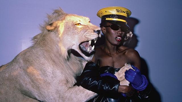 Grace Jones mit ausgestopftem Tiger.