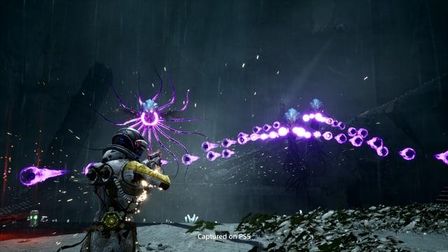 Eine böse Qualle wirft mit lila Feuerbällen nach uns.