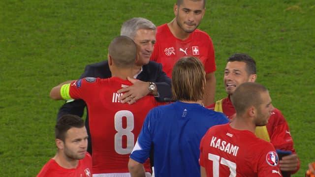 Die Schweizer freuen sich über den Sieg.