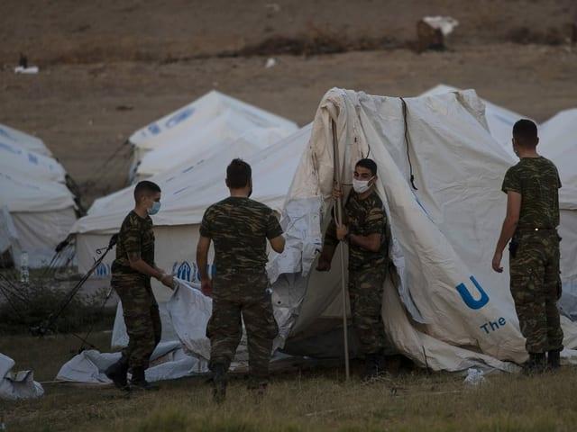 Militärpersonal errichtet provisorische Unterkünfte für Migranten auf Lesbos.