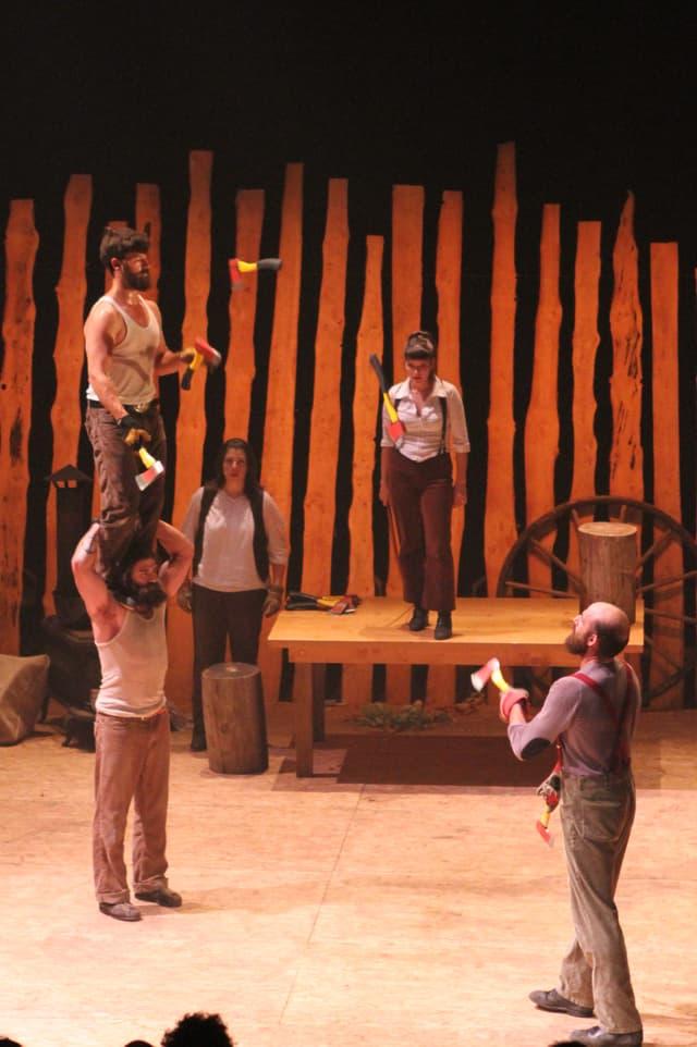 Beile fliegen durch die Luft: Die Jonglier-Nummer beim «Cirque Alfonse».