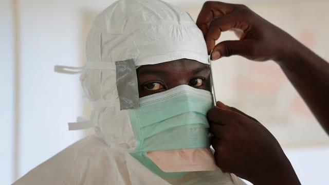 Krankenschwester mit Gesichtsmaske.