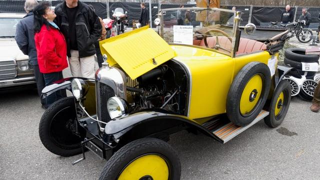 Bild eines gelben Oldtimers.