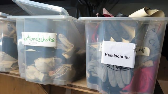 Zwei Behälter mit Handschuhen