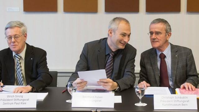 Regierungsrat Bernhard Pulver mit den Stiftungsrats-Präsidenten der beiden Museen.